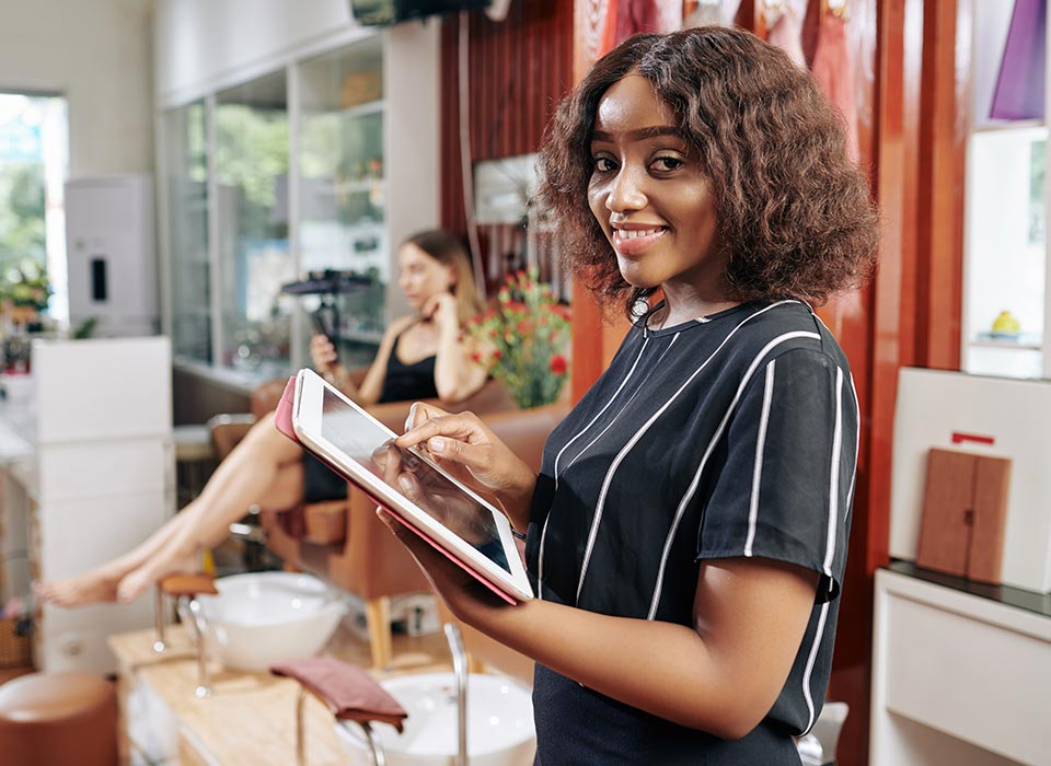 photo of a business owner starting her online shop business easily through Anzili